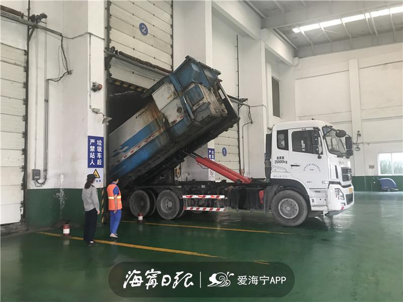 垃圾中转车正在将其他垃圾倒入垃圾库.jpg