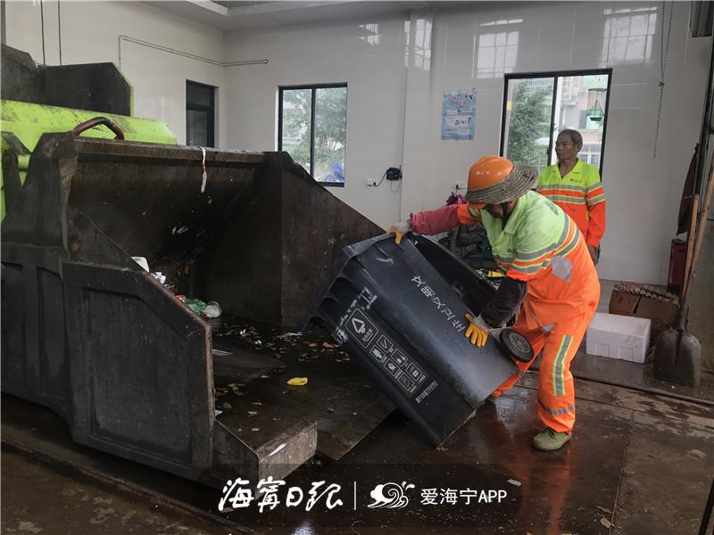 环卫工人将其他垃圾倒入水平式垃圾压缩机投料口.jpg